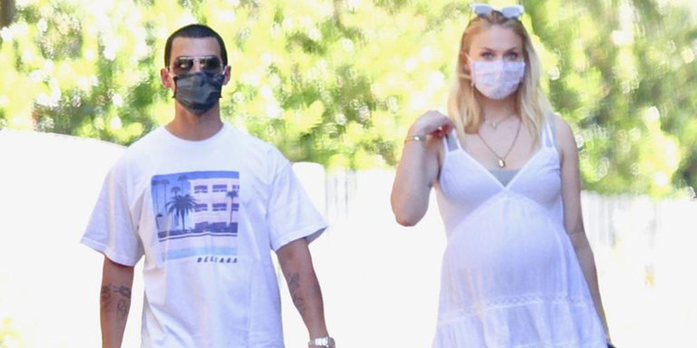 Gaya Sophie Turner Saat Hamil: Kenakan Mini Dress Putih