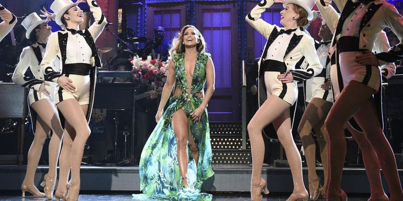 Jennifer Lopez Kenakan Gaun Versace Ikonis di Acara SNL