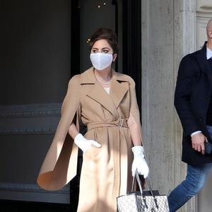 Lady Gaga Mengenakan Mantel Klasik dari Max Mara Saat Syuting di Milan