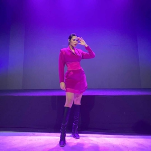 Raisa Padu Padankan Mini Dress & Knee-High Boots Saat Jadi Tamu Spesial di Acara Hallyu Festival