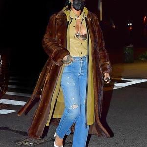 Rihanna Keluar dengan Distressed Denim dan Mantel Bulu Mewah untuk Makan Malam di NYC