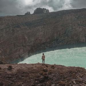 Adipati Dolken Bagikan Ragam Foto Liburan Memukaunya di Danau Kelimutu, NTT