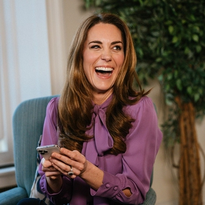 Kate Middleton Tampil Memukau Dengan Blus Ungu Keluaran Gucci Ketika Sedang Melontarkan Candaan Terkait Tantrum Anak-Anak