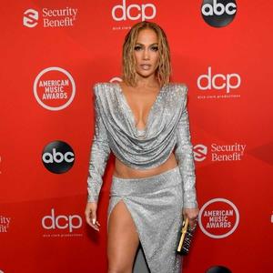 J.Lo Tutup Karpet Merah AMAs 2020 dengan Penampilan Menawan & Seksi