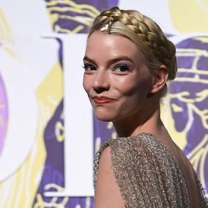 Penampilan Anya Taylor-Joy Layaknya Dewi Yunani di Presentasi Dior Cruise 2022