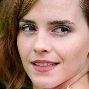 Emma Watson Kembali ke Karpet Merah dengan Gaun Backless yang Berani