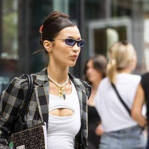 Bella Hadid Hadirkan Lagi Fashion dengan Motif Kotak-Kotak