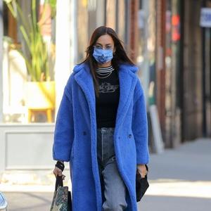 Irina Shayk Membawakan Gaya Punk dengan Mantel Biru Elektrik dan Denim