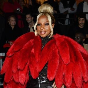 Mary J Blige Pakai Busana Pernyataan di Detroit Fashion Show Bottega Veneta