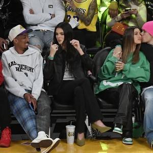 Hailey Bieber Kenakan Sweter Halloween dan Celana Kulit ke Pertandingan NBA