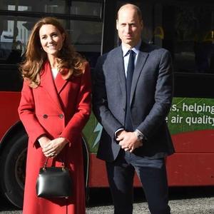 Kate Middleton Kenakan Jubah Merah Rancangan Alexander McQueen di Stasiun Waterloo