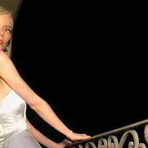 Anya Taylor-Joy Tampil Bak Seorang Putri Cinderella Setelah Menjadi Pemenang Golden Globes