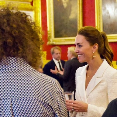 Kate Middleton Tampil Cantik dengan Paduan Dress Panjang dan Blazer Putih