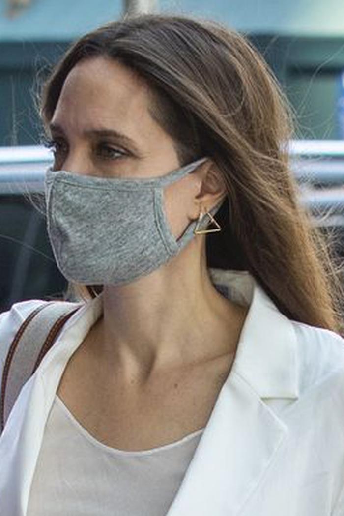 Angelina Jolie Tampil Serba Putih ketika Berjalan-Jalan di Kota New York