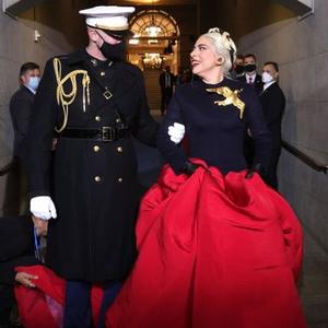 Intip Penampilan Lady Gaga yang Kenakan Busana Rancangan Schiaparelli Haute Couture saat Tampil di Acara Pelantikan Joe-Kamala