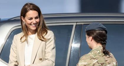 Kate Middleton Kembali Jalankan Tugas Kerajaan dengan Blazer Krem dan Celana Navy