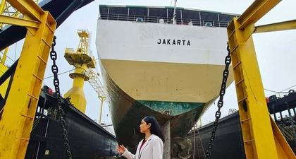 Lihat Keseruan Dian Sastro Ketika Pertama Kali Shooting Proyek Terbarunya di Galangan Kapal