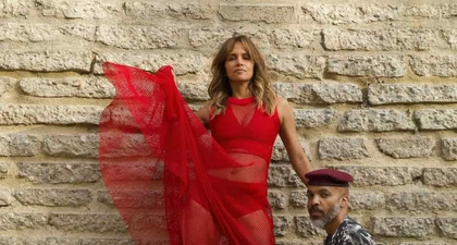 Halle Berry Berpose dalam Gaun Merah Tipis untuk Pemotretan bersama Kekasihnya, Van Hunt