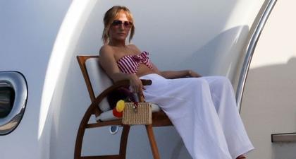 J.Lo Kenakan Atasan Bandeau Motif Setrip dan Celana Panjang Berkaki Lebar Saat Kencan Yacht Bersama Ben Affleck