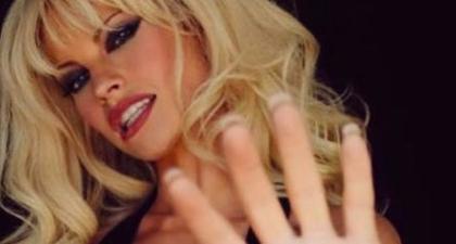 Intip Transformasi Lily James yang akan Berperan Sebagai Pamela Anderson untuk Proyek Serial TV Terbarunya
