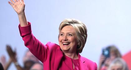 Berbusana ala Hillary Clinton