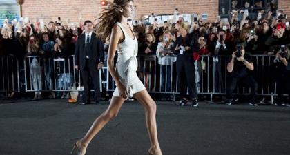 15 Penampilan Kaia Gerber di Panggung Fashion Week
