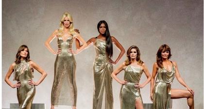 Carla Bruni dan Supermodel Senior di Panggung Versace