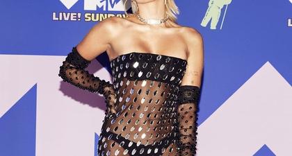 Miley Cyrus Tampil Seksi Dengan Gaun Transparan Karya Mugler