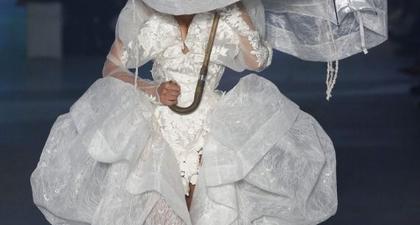 Bella Hadid Mengenakan Gaun Pernikahan di Vivienne Westwood