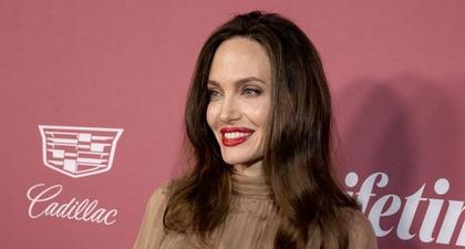 """Angelina Jolie Katakan Bahwa Buku Barunya Adalah Untuk """"Anak Muda yang Memperjuangkan Hak Mereka"""""""