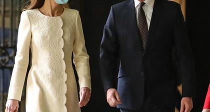 Kate Middleton Mengenakan Gaun Mantel dari Catherine Walker dalam Kunjungannya ke Pusat Vaksinasi di London