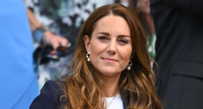 Kate Middleton Memadukan Blazer Navy dan Rok Bermotif Polka Dot Ketika Menghadiri Pertandingan Tenis Wimbledon