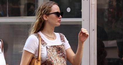 Jennifer Lawrence Pamer Perut Hamilnya dengan Jumpsuit Floral dan Sandal Jelly