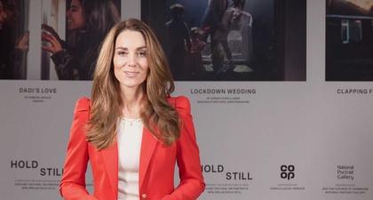 Kate Middleton Sempurnakan Tampilan Blazer Merahnya dengan Kalung Liontin Emas