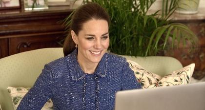 Kate Middleton Tampak Memesona Memakai Blazer Tweed saat Berbincang dengan Para Guru di Inggris