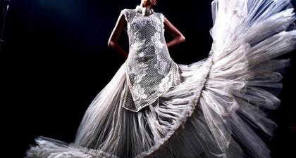 Desainer Fashion Ali Charisma Mendonasikan 1000 Pakaian Rancangannya untuk Siapa Saja yang Menginginkannya