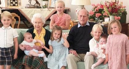 Keluarga Kerajaan Inggris Bagikan Foto Keluarga Langka yang Menampilkan Pangeran Philip Bersama dengan 7 dari 10 Cicitnya