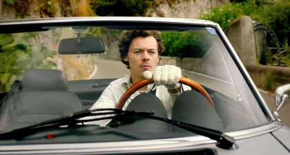 "Inspirasi Busana Retro dan Funky Harry Styles di Musik Video ""Golden"""