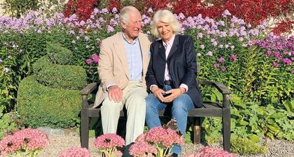 Pangeran Charles dan Duchess Camilla Memilih Nuansa Bunga untuk Tema Kartu Natal 2020