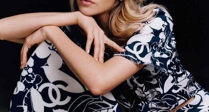 Penyanyi Asal Belgia, Angèle, Didaulat Sebagai Wajah untuk Koleksi Chanel Coco Beach 2021