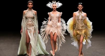 Menjabarkan Kerumitan yang Indah Pada Koleksi Haute Couture Spring 2021 dari Desainer Iris Van Herpen