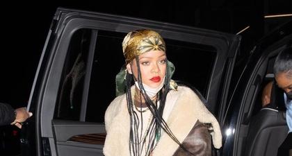 Rihanna Padu Padankan Jaket Aviator dari R13 dengan Rok Mini