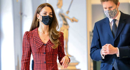 Kate Middleton Terlihat Elegan dalam Balutan Gaun Bermotif Houndstooth Karya Desainer Alessandra Rich Ketika Berkunjung ke Museum V&A
