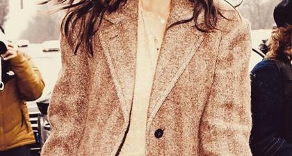 Katie Holmes Tunjukkan Kemesraan Dalam Balutan Jaket Gingham dan Celana Jeans Longgar