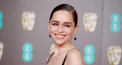 Emilia Clarke Berbagi mengenai Pelembap Kulit Favoritnya dan Transformasi Rambut Berikutnya