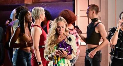 Sarah Jessica Parker Tertangkap Kamera Menjinjing Tas Fendi Baguette di Lokasi Syuting Sex and The City Reboot