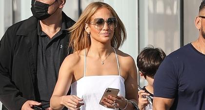 J.Lo Kembali Ciptakan Penampilan yang Chic ketika Memadukan Crop Top Bersama Rok Maxi Denim
