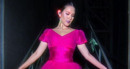Keceriaan Raisa Dalam Balutan Dress Serba Pink yang Begitu Kontras dengan Tas Kuning