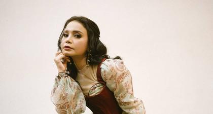 Rossa Kenakan Gaun Floral Panjang Bak Putri di Bridgerton