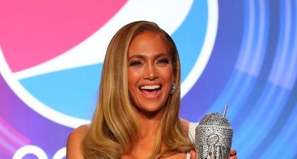 """J.Lo Katakan Dirinya Tidak Tahu Berapa Banyak Koleksi Botol Minum """"Bling-Bling"""" yang Ia Miliki"""